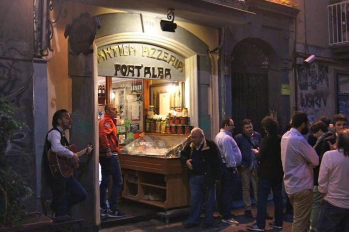 Włoska pizza najlepsza w Antica Pizzeria Port'Alba fot: www.lucianopignataro.it