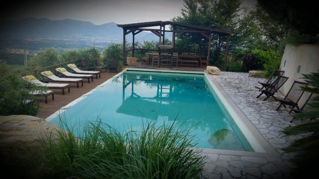 Villa Fiori, basen z leżakami