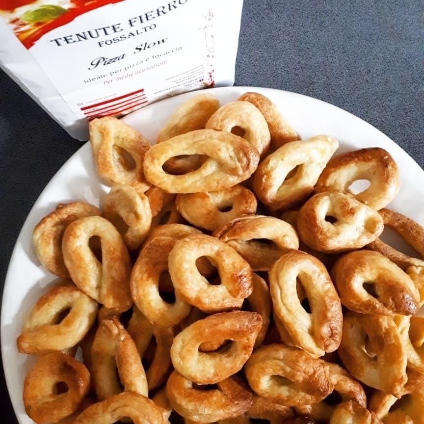 Taralli powstają z włoskiej mąki 00.