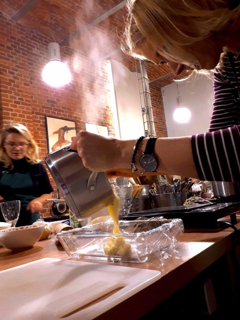 Ugotowaną polentę przełóż do naczynia żaroodpornego.
