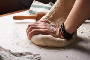 Przygotowanie włoskiej pizzy